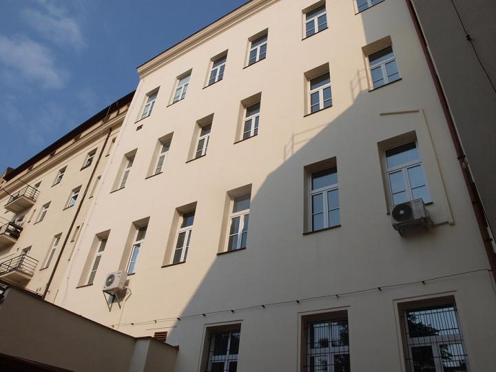 Dvorní fasáda pražské Vysoké školy finanční a správní